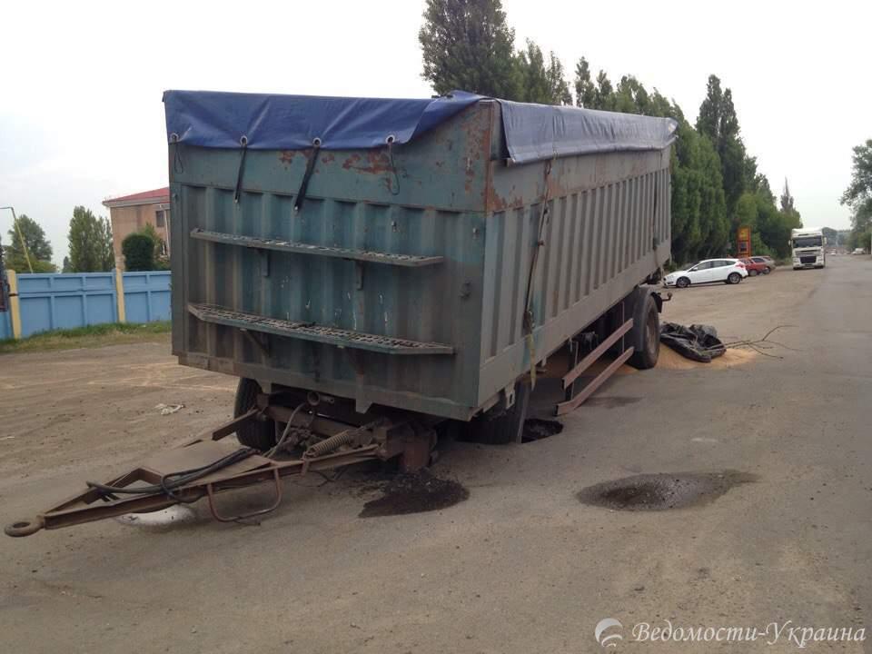 В Харькове грузовик провалился под асфальт (фото)
