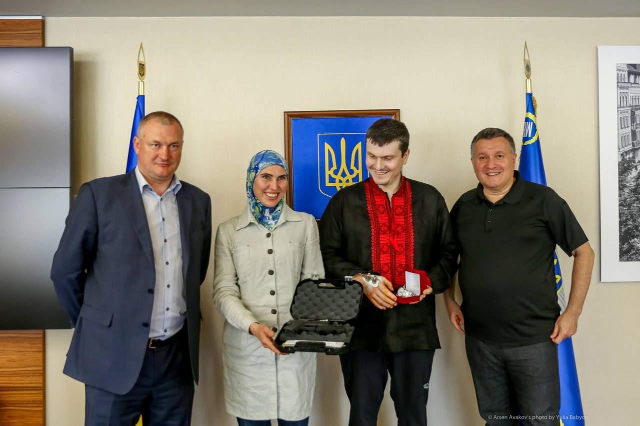 Волонтёр АТО Амина Окуева была награждена новым пистолетом
