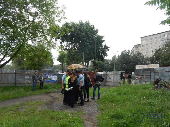 Снёс освещённый камень и поставил охрану: в Тернополе застройщик захватил городской бульвар (фото)