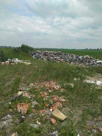 На Киевщине львовские фуры незаконно выгрузили бытовые отходы (фото)