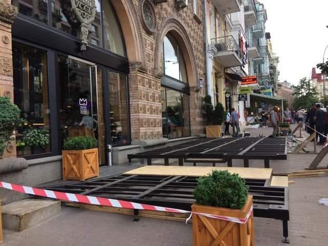 В тесноте, да не в обиде: в Киеве летняя площадка в ресторане заняла весь тротуар (фото)