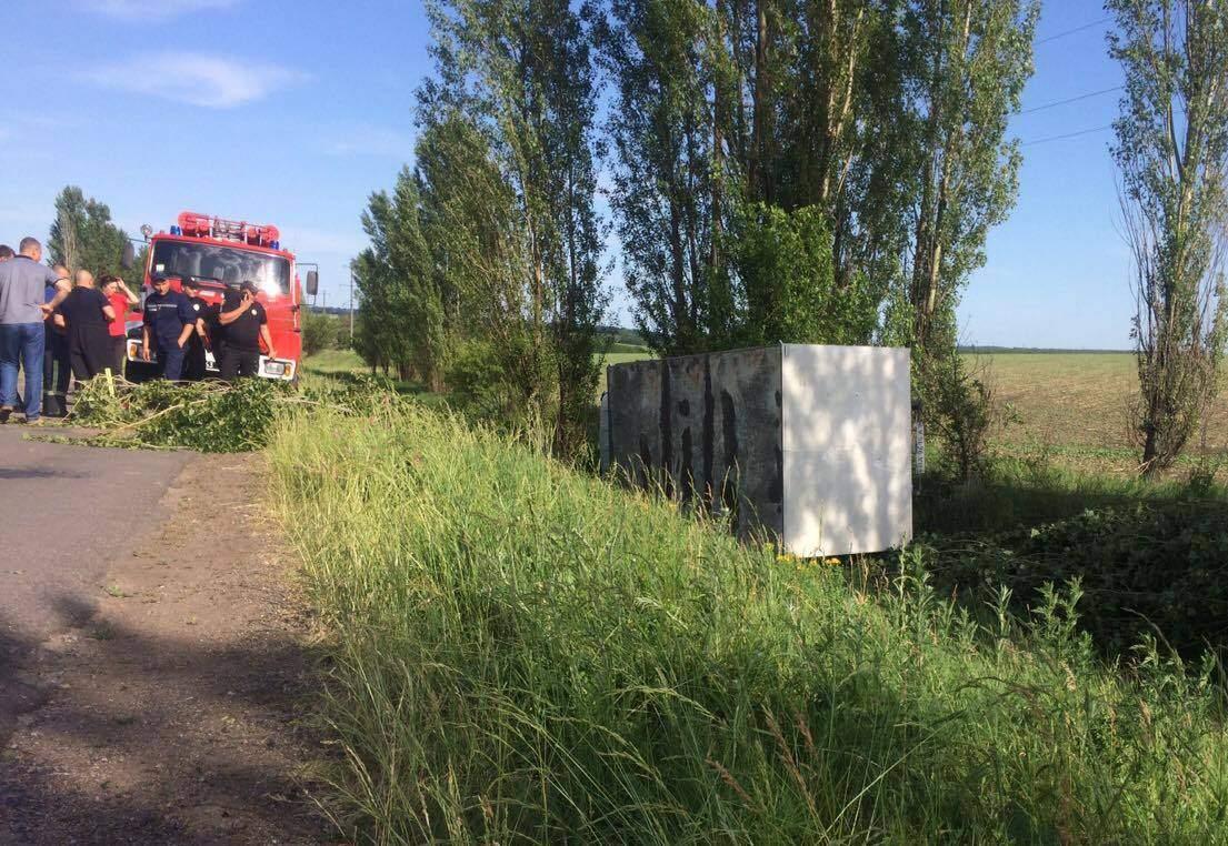 На Кировоградщине грузовик упал в воду с 10-метровой высоты (фото)