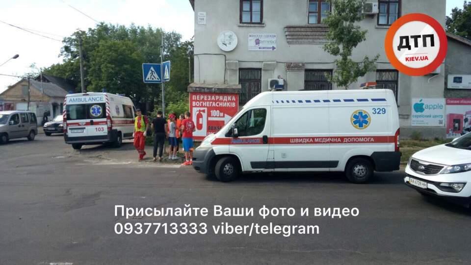 В Киеве автомобиль вылетел с проезжей части в столб (фото)