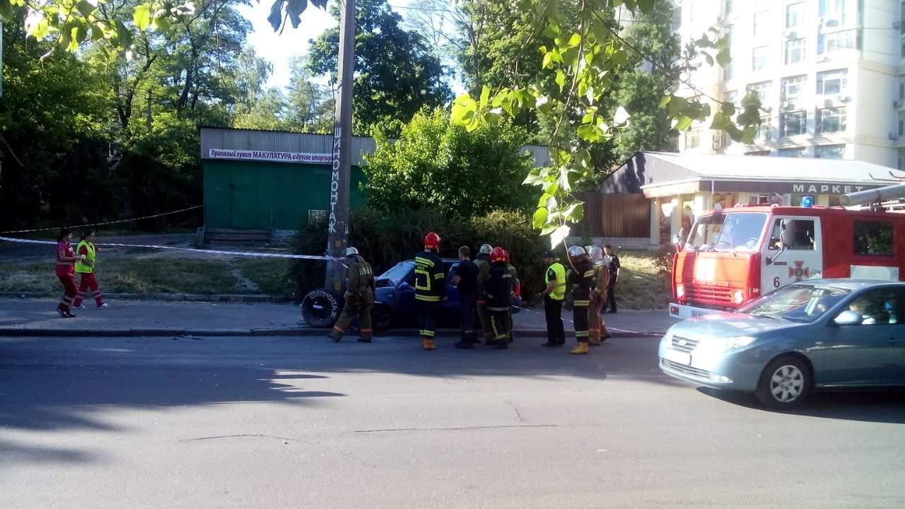 В Киеве автомобиль на скорости протаранил столб: 3 человека пострадали (фото)