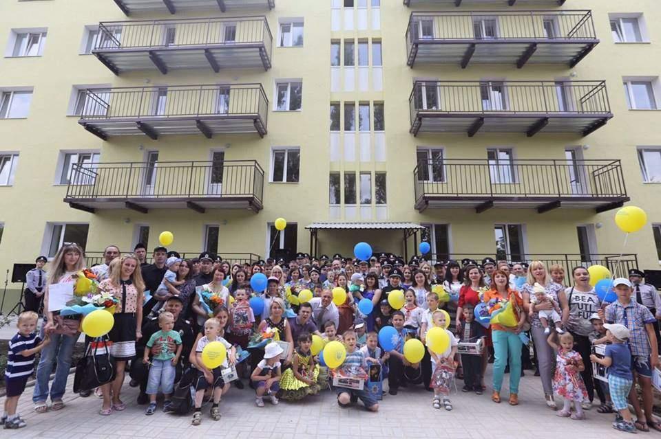 Аваков позировал с котиками на вручении квартир пограничникам (Фото)