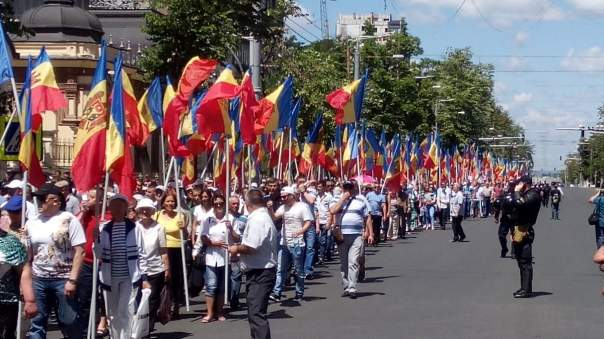 Перед парламентом в столице Молдовы собрались тысячи протестующих