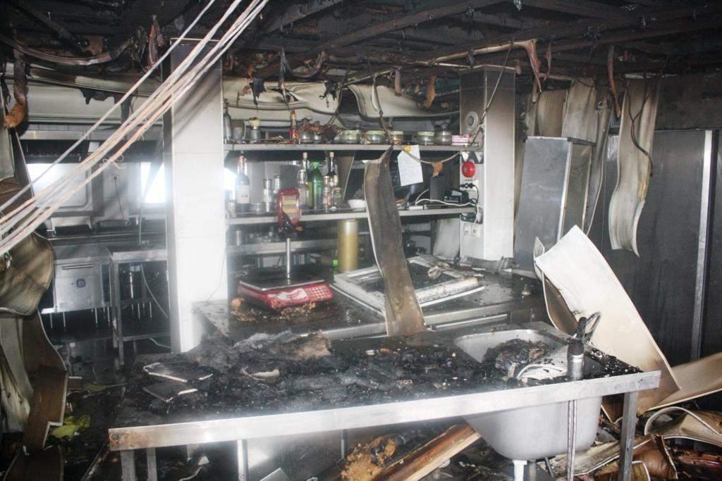 В Запорожье сгорел пришвартованный ресторан-теплоход