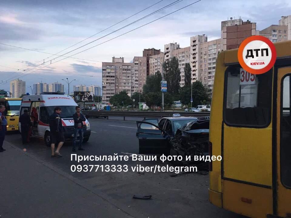 В Киеве автомобиль такси протаранил маршрутку: есть пострадавшие (фото)
