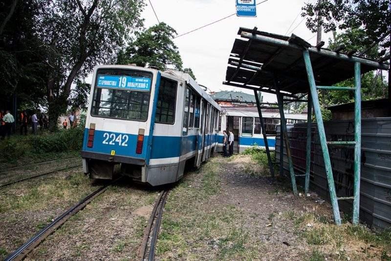 Трамвай поехал на «красный», а поезд сдавал назад: в Днепре  произошла сокрушительная авария с погибшими (видео)