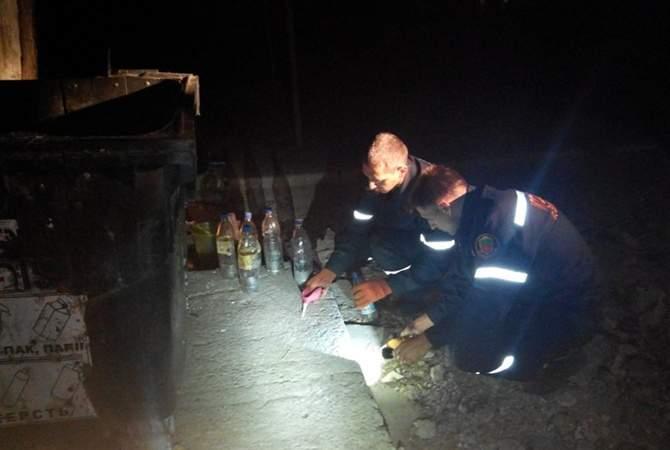 В Запорожье неизвестные оставили у мусорки 25 кг ядовитого металла в бутылках (фото)