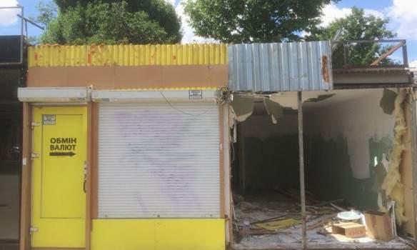 В Киеве приступили к демонтажу МАФов на Контрактовой площади (фото)