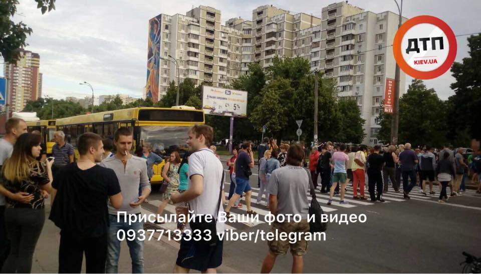 В Киеве жители многоэтажки вышли на митинг против отключения света (фото)
