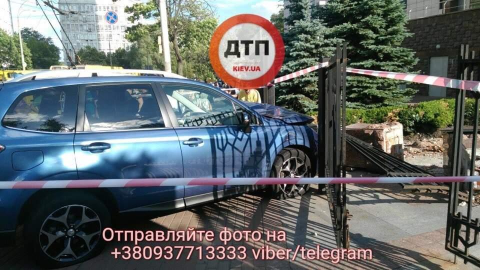 В Киеве автомобиль на скорости вылетел с дороги на тротуар: есть пострадавшие (фото)