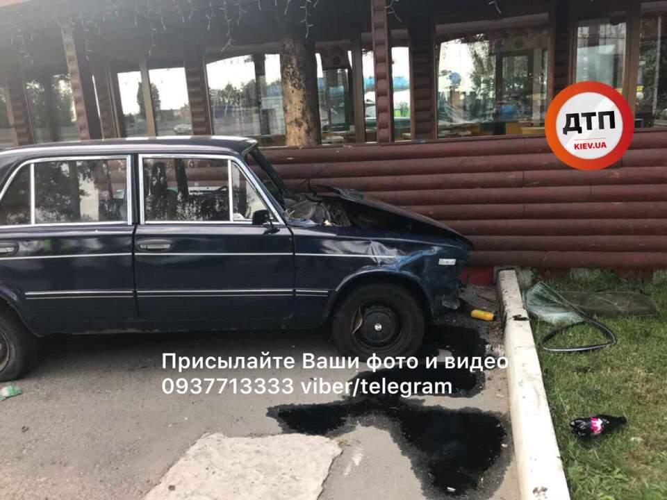 Под Киевом автомобиль влетел в здание чебуречной (фото)