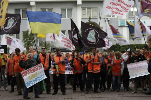 Под зданием «Укрзализныци» в Киеве проходит протест (Фото)