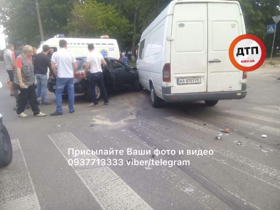 В Киеве произошло двойное ДТП: есть пострадавшие (фото)