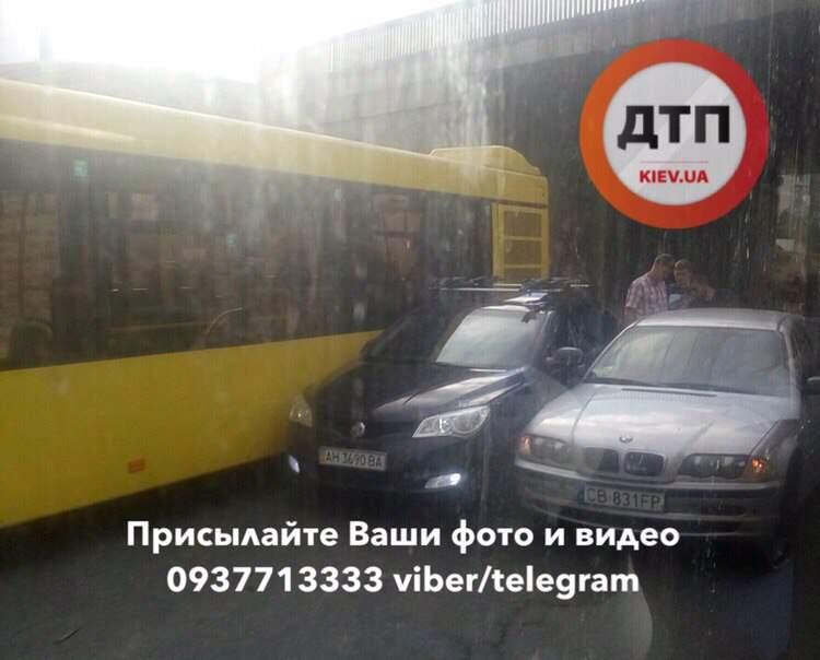 В Киеве на Оболони столкнулись две легковушки и автобус (фото)