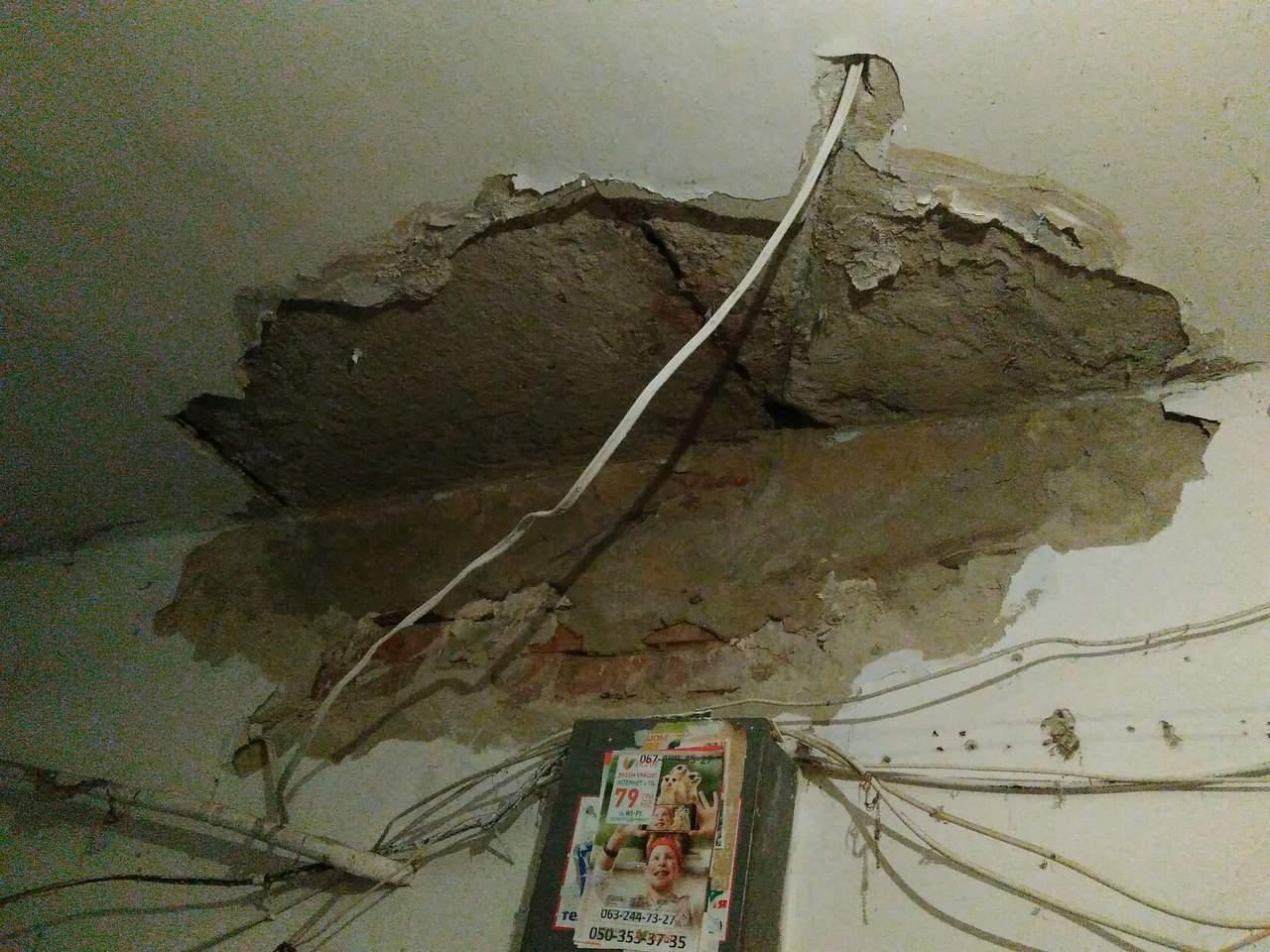 В Харькове в аварийном многоэтажном доме обвалился потолок (фото)