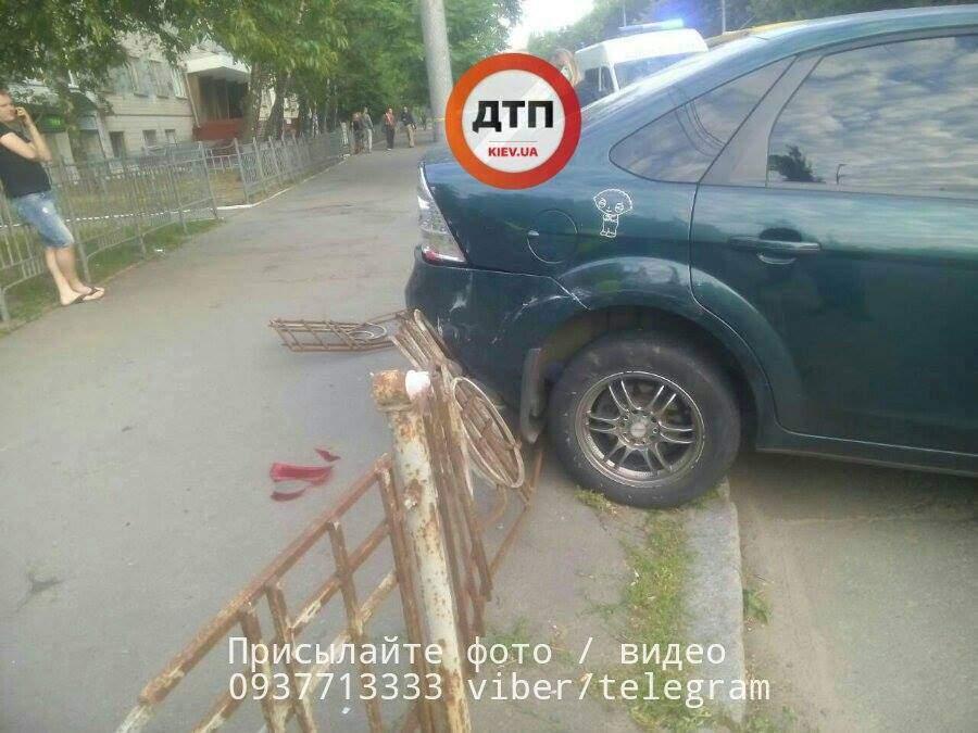 В Киеве произошло ДТП из-за несоблюдения дистанции: автомобиль отбросило на тротуар (фото)