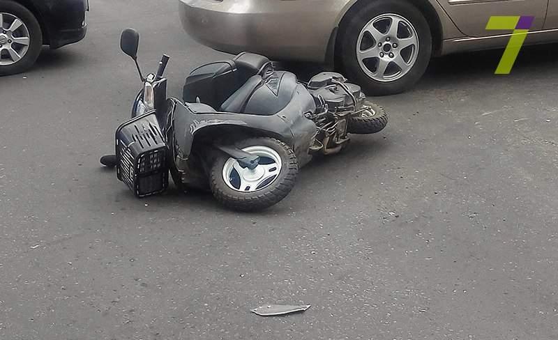В Одессе мопед влетел в DAEWOO Lanos: пассажиров выбросил на проезжую часть (фото)