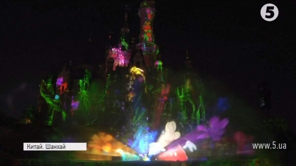 Сказка в Шанхае: С огнями и фейерверками отметили первую годовщину Диснейленда (Фото)