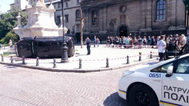 Во Львове автомобиль въехал в толпу пешеходов: есть погибшие (фото)