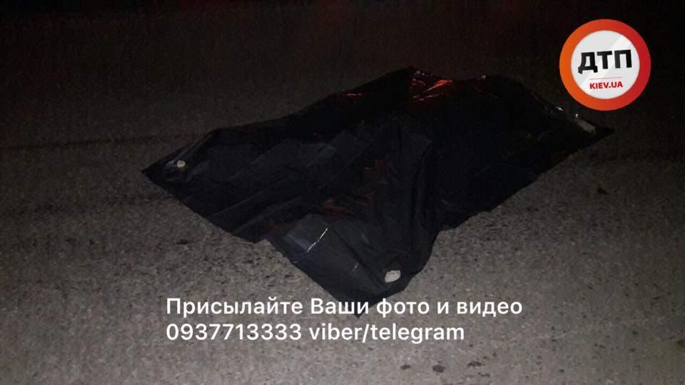 «Кто виноват и что делать»:  в Киеве на Окружной женщина-пешеход угодила под колёса БМВ (фото)