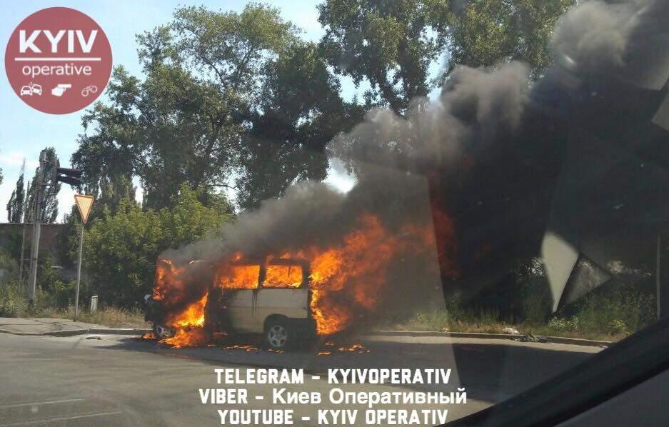 В Киеве горит микроавтобус (фото)