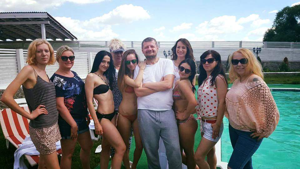 Целый гарем: Мосийчук в окружении дам выступил за традиционные отношения (Фото)