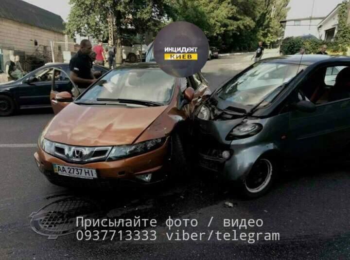 В Киеве автомобиль Смарт въехал в другое авто: есть пострадавшие (фото)