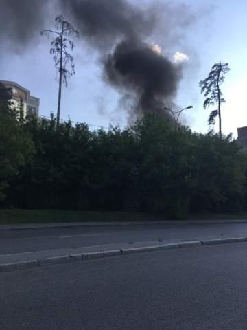 Столица в дыму: В Киеве загорелось еще одно здание (Фото)