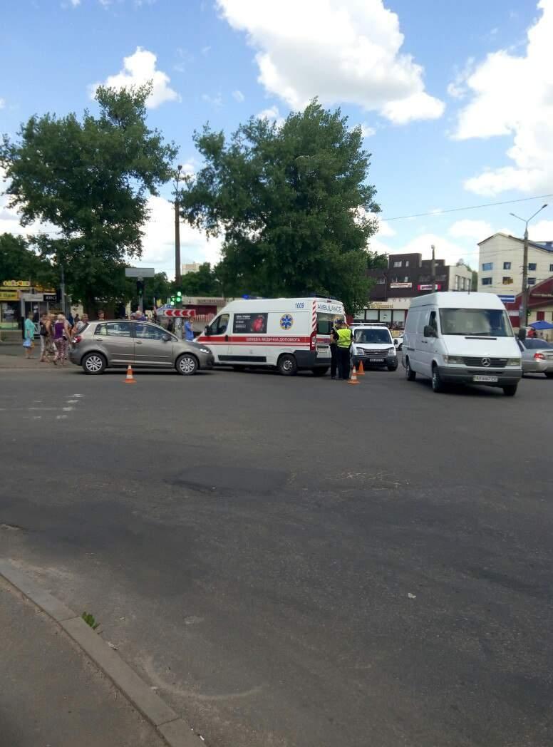Харьковчанку с малолетними детьми сбил автомобиль на пешеходном переходе (Фото)