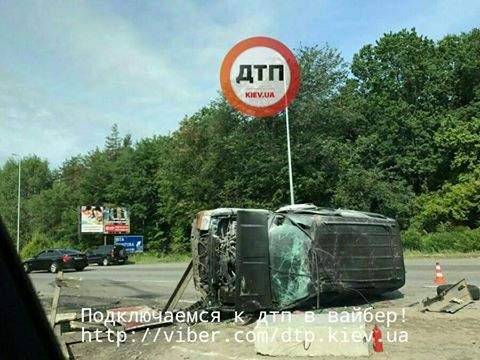 Под Киевом из-за бетонных блоков опрокинулся внедорожник (фото)