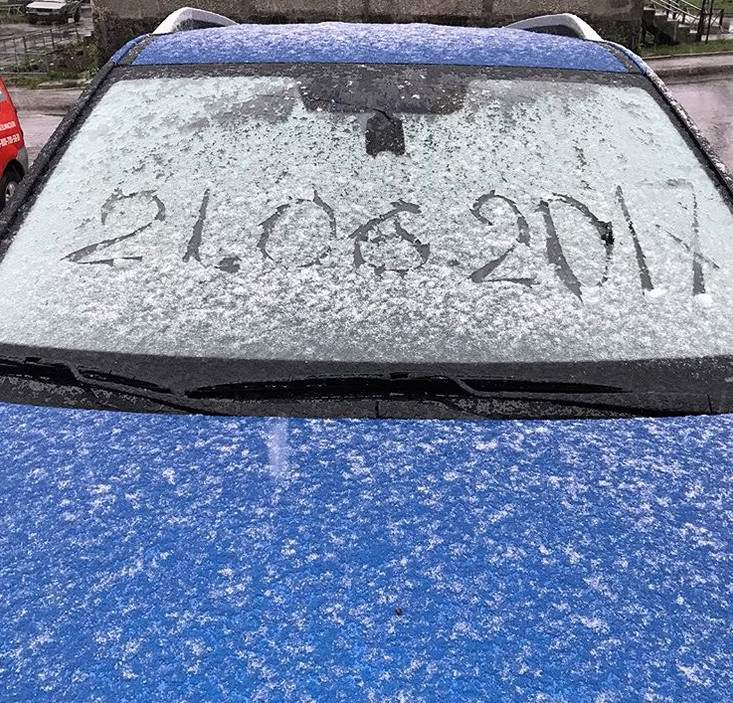 Летняя аномалия: Мурманск засыпало снегом (видео)