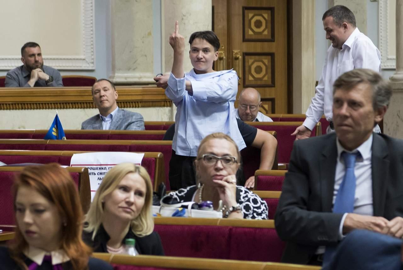 Неприличный жест от Савченко: Нардеп кому-то показала средний палец в Раде (Фото)