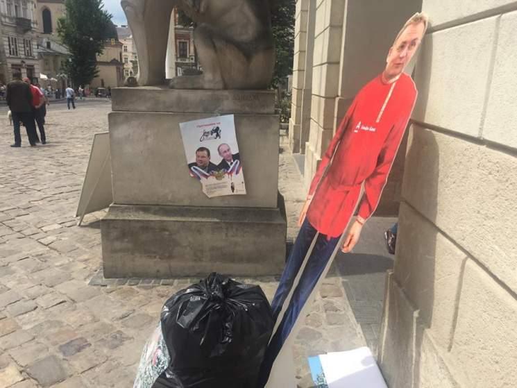 Во Львове активисты выбросили картонного мэра с мусором (видео)