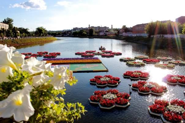 Харьковчан порадовала красочная сцена на воде (Фото)