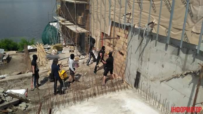 В Киеве неизвестные с монтировками разрушили гостинично-ресторанный комплекс (фото)