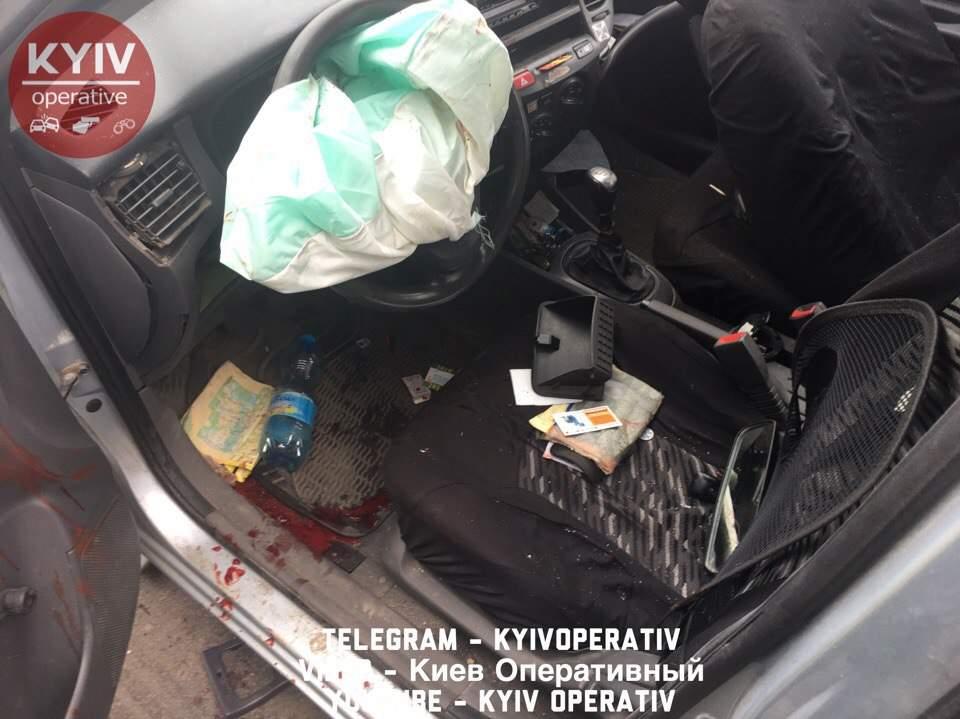 В Киеве мужчины в состоянии наркотического опьянения протаранили BMW (фото)