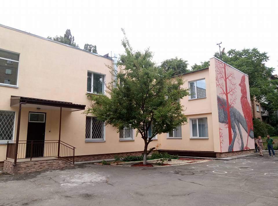 В Киеве израильский художник украсил фасад детского садика необычным муралом (фото)
