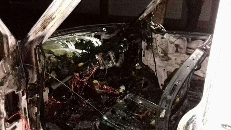 В Харькове ночью сгорел припаркованный микроавтобус (фото)
