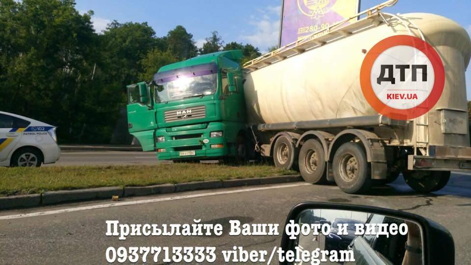 На Киевщине фура врезалась в рекламный щит (Фото)