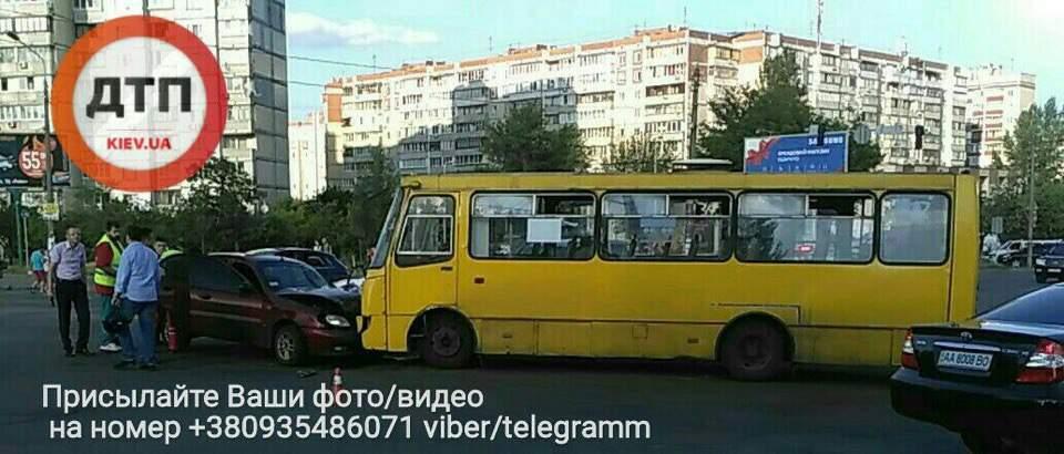 В Киеве произошло лобовое столкновение маршрутки и легковушки (фото)