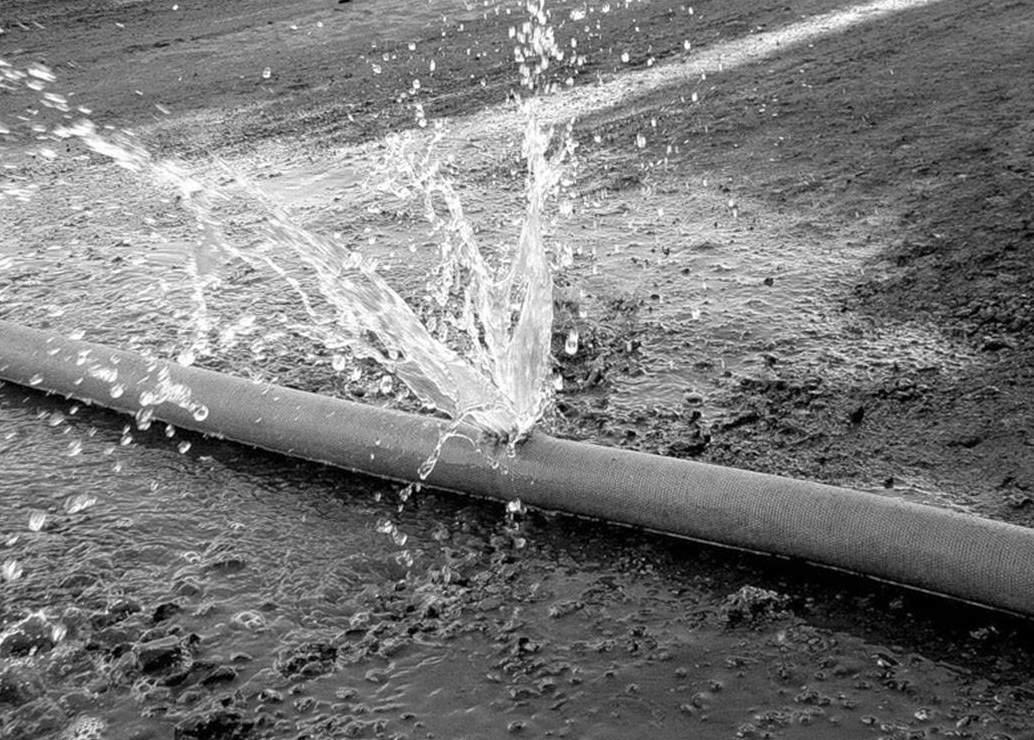 Торецку угрожает гуманитарная катастрофа: вода вытекает прямо на асфальт