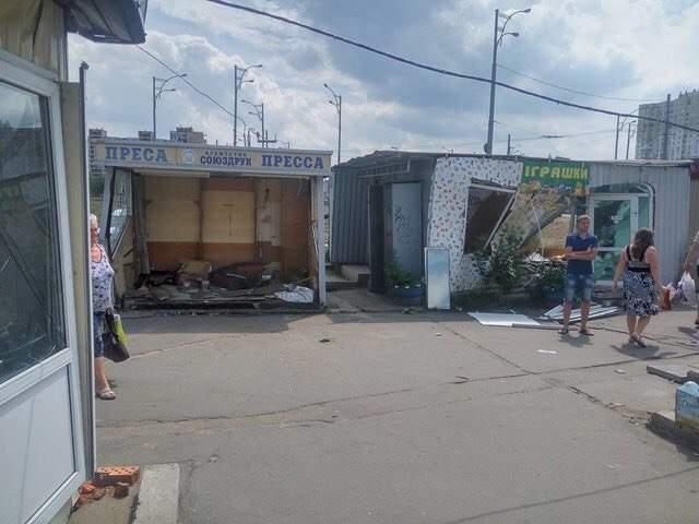В Киеве на Троещине демонтировали очередной незаконный рынок (фото)