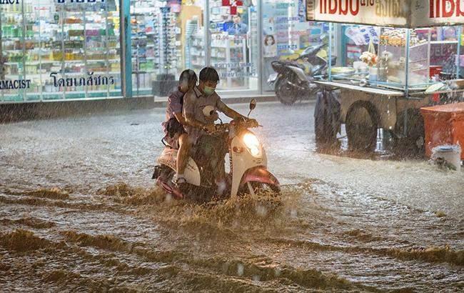 В Китае из-за обильных осадков начались сильные наводнения (видео)