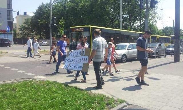 Во Львове протестуют жители аварийного дома (Видео)