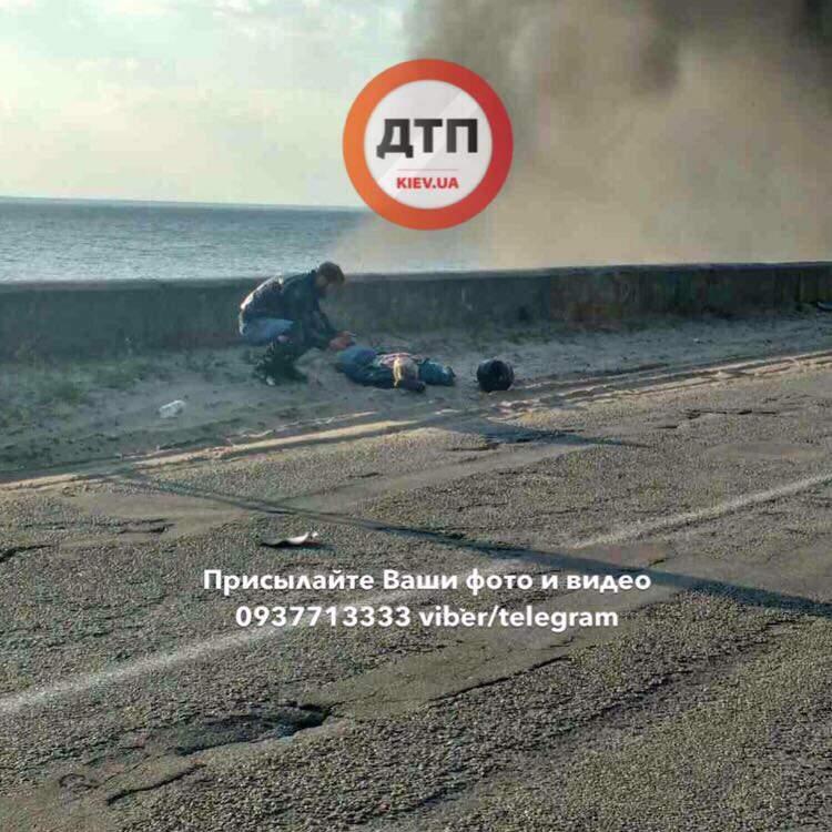 Под Киевом произошло лобовое столкновение мотоцикла и автомобиля (фото)