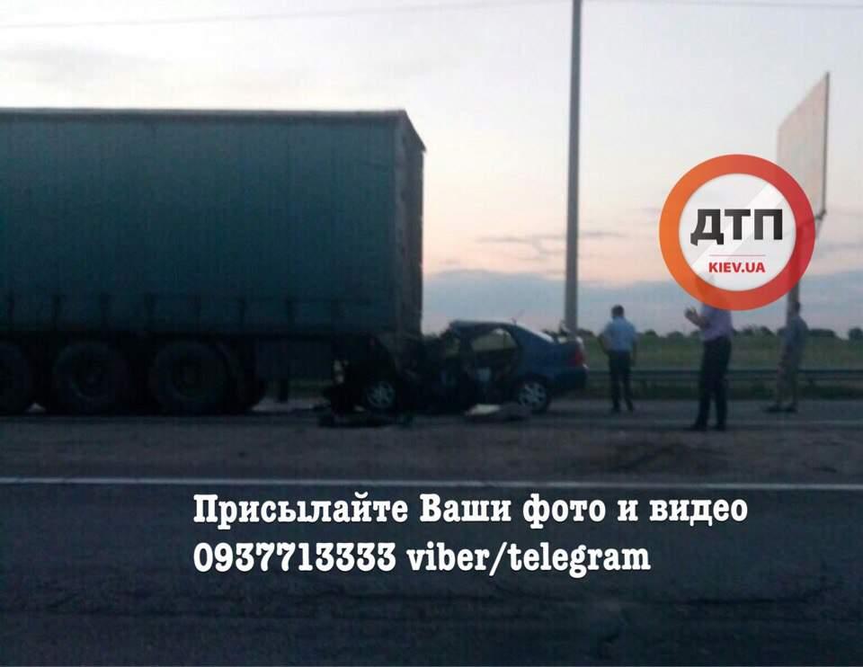 На Киевщине легковой автомобиль разбился об грузовую фуру (фото)
