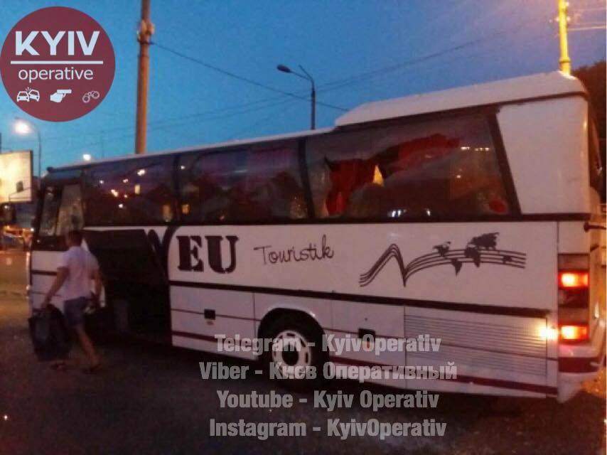 В столице группа хулиганов напала на автобус (Фото)